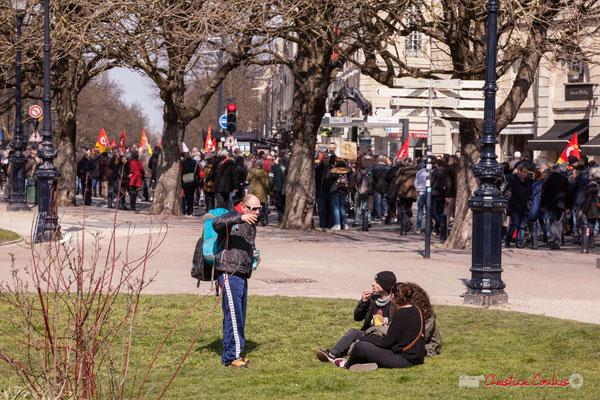 14h24 Pause déjeuner, place Gambetta. Manifestation intersyndicale de la Fonction publique/cheminots/retraités/étudiants, Bordeaux. 22/03/2018