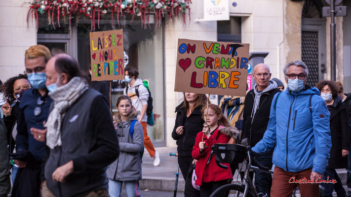 """""""Laissez-nous respirer"""" """" On veu grandir libre"""" Manifestation contre la loi Sécurité globale. Samedi 28 novembre 2020, cours Victor Hugo, Bordeaux. Photographie © Christian Coulais"""