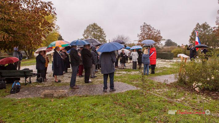 Minute de silence en l'honneur de Gérard Pointet, Maire honoraire, Président des Anciens combattants. Commémoration de l'Armistice du 11 novembre 1918 et hommage rendu à tous les morts pour la France, ce lundi 11 novembre 2019 à Cénac (Gironde).