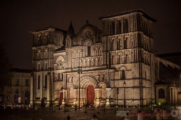 Bien que l'abbaye ait été fondée au VIIème s., l'église Sainte-Croix-de-Bordeaux ne fut construite que vers la fin du XIème s. et au début du XIIème s., avec une façade de style roman saintongeais.