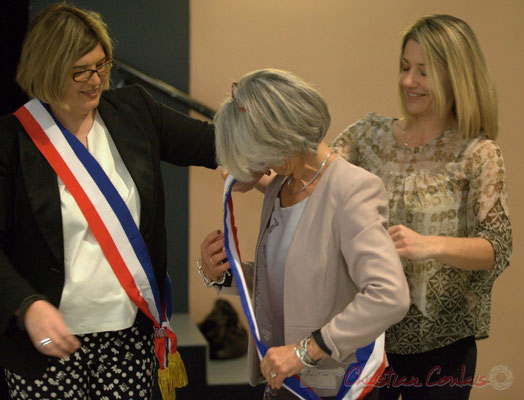"""Catherine Veyssy passe l'écharpe """"Maire honoraire"""" à Simone Ferrer; Honorariat des anciens Maires de Cénac, vendredi 3 avril 2015"""