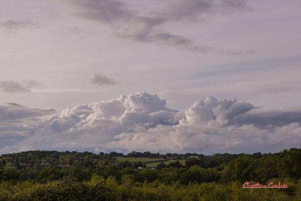 Ciels et nuages, dimanche 19 avril 2020, 19h26, Haut-Brignon, Cénac. Photographie : Christian Coulais / 70mm