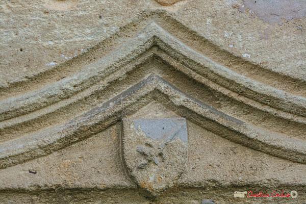 """""""Ecusson portant en armoirie un étrange animal, lézard ou salamandre, dont la curieuse représentation laisse perplexe"""" (Cénac en Entre-Deux-Mers) Château de Montignac, Cénac. 20/12/2009"""