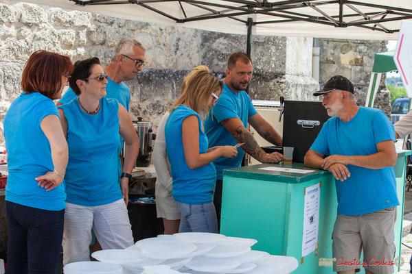 Le Comité des fêtes est prêt pour le coup de feu du déjeuner sous les tilleuls de la Place de Verdun. Festival JAZZ360, 10 juin 2017, Camblanes-et-Meynac