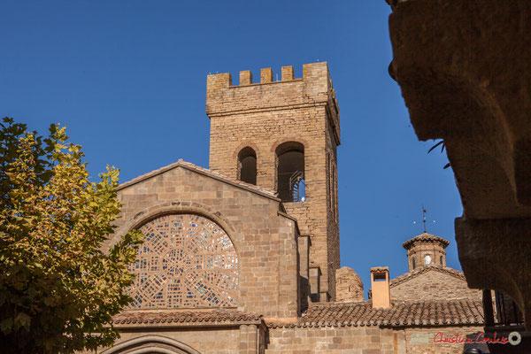 Vitraux modernes et tour crénelée. Iglesia de Santiago, 25, Calle Santigo, Sangüesa, Navarra