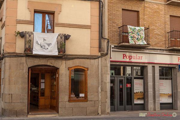 Boulanger et banque. Calle Mayor, Sangüesa, Navarra