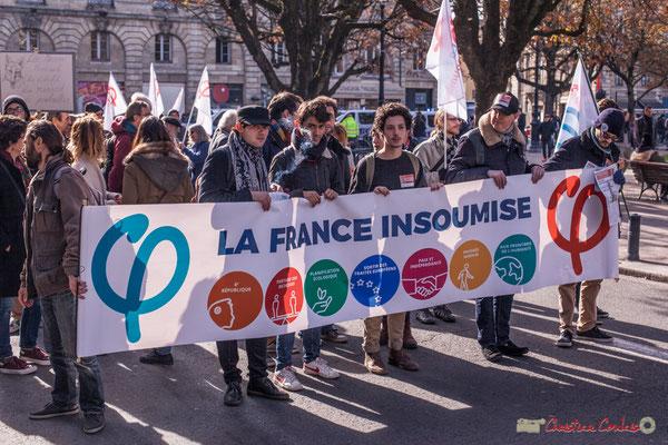 De jeunes militants portent la bannière la France insoumise. Manifestation intersyndicale contre les réformes libérales de Macron. Place Gambetta, Bordeaux, 16/11/2017