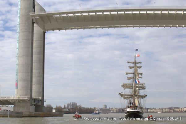 B Le Belem poursuit sa voix navigable vers les quais ou l'attendent des milliers de spectateurs. Bordeaux, samedi 16 mars 2015