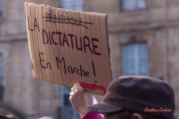 """""""La dictarure en marche"""" Manifestation contre la loi Sécurité globale. Samedi 28 novembre 2020, place Bir-Hakeim, Bordeaux. Photographie © Christian Coulais"""