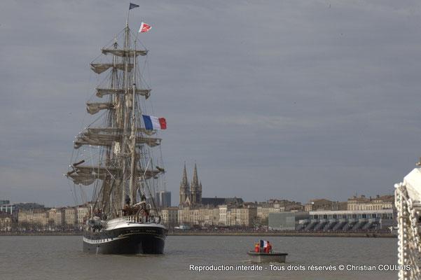 E Le Belem poursuit sa voix navigable vers les quais ou l'attendent des milliers de spectateurs. Bordeaux, samedi 16 mars 2015