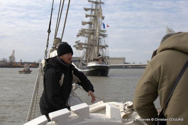 C Le matelot affale le grand foc, de la gabare les Deux Frères, afin de poursuivre a remontée uniquement au moteur, par sécurité. Bordeaux, samedi 16 mars 2013