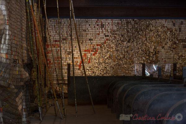 Dans la Galerie du fenil, Installation d'El Anatsui, 2015, Domaine de Chaumont-sur-Loire. Mercredi 26 août 2015. Photographie © Christian Coulais