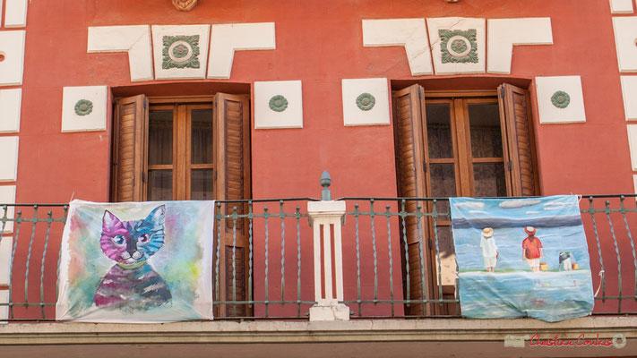 Détail des peintures sur tissus qui orne la façade, Calle Mayor, Sangüesa, Navarra