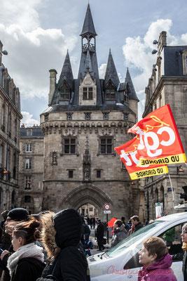 15h17, CGT UD Gironde au vent, porte Cailhau, construite entre 1493 et 1496, donnant accès au Palais de l'Ombrière, résidence des ducs de Guyenne, puis siège du Parlement de Bordeaux à partir de 1462.