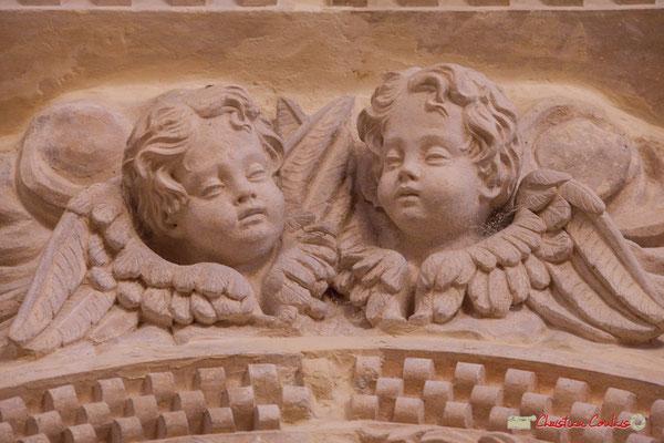 Détail des angelots haut du portique droit. Eglise Saint-André, Cénac. 28/04/2018