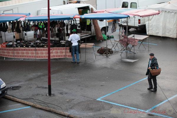 Etal du distributeur de produits d'artisanat africain, Marché de Créon, Gironde