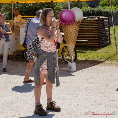 Pause rafraîchissante de la dessinatrice portraitiste. Vin d'Honneur offert par la Mairie de Quinsac, Festival JAZZ360, 11/06/2017