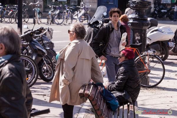 """14h36 """"Un temps pour regarder, un temps pour revenir du boulanger"""" Manifestation intersyndicale de la Fonction publique/cheminots/retraités/étudiants, place Gambetta, Bordeaux. 22/03/2018"""