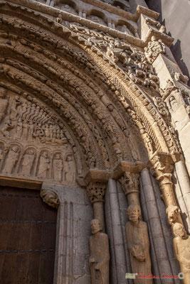 Le  portail évoque le jugement final, montre également des scènes de l'Ancien et du Nouveau Testament, animaux monstrueux, légendes et les différentes classes de la société médiévale, Sangüesa, Navarre