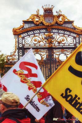 10h37 Sud Solidaires Recherche devant le portail à la feuille d'or du jardin de la Mairie, créé au XIXème siècle, sur un hectare en plein centre-ville. Cours d'Albret, Bordeaux. 01/05/2018