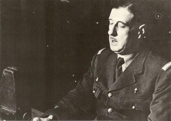 Reproduction photograhique du Général de Gaulle devant le micro de Radio Londres, 18 juin 1940