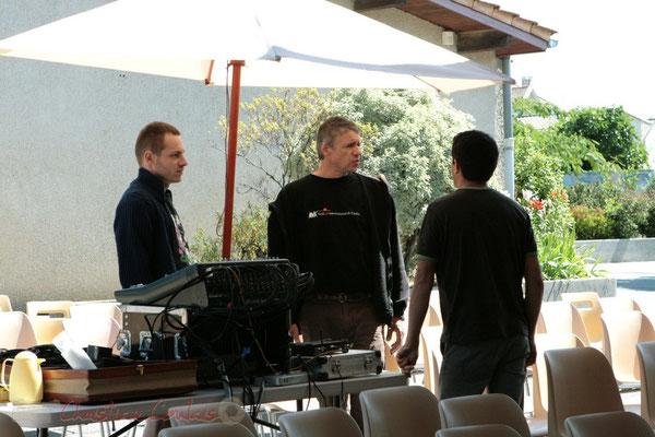 Pablo Jaraute (au centre) et ses acolytes mettent en œuvre la qualité acoustique. Festival JAZZ360 2011, Les coulisses du Festival à Cénac. 01/06/2011