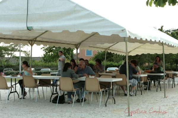 Tandis que la tente de restauration se vide. Festival JAZZ360, Cénac. 03/06/2011