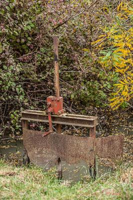 Travail de l'homme, mécanisme de porte de chenal. Réserve naturelle régionale de Scamandre, Vauvert