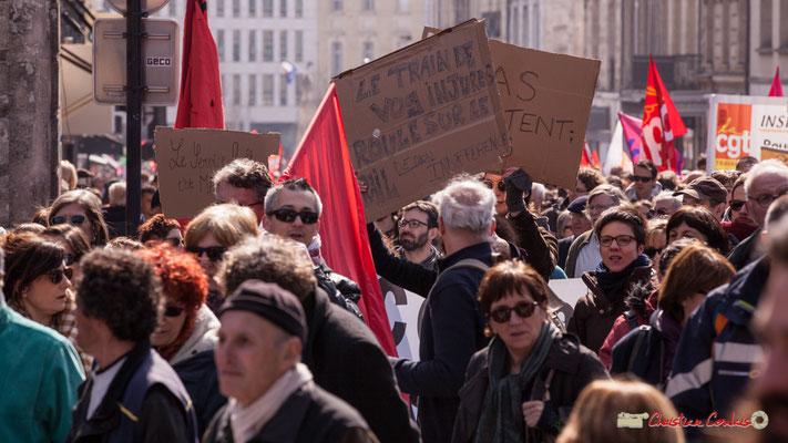 """14h49 """"Le train de vos injures roule sur le rail de mon indifférence"""" Manifestation intersyndicale de la Fonction publique/cheminots/retraités/étudiants, place Gambetta, Bordeaux. 22/03/2018"""
