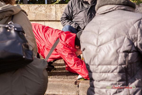 """""""Invitation au public de passer devant cette maison en se cachant de Mme ?"""" Regards en biais, Cie La Hurlante, Hors Jeu / En Jeu, Mérignac. Samedi 24 novembre 2018"""