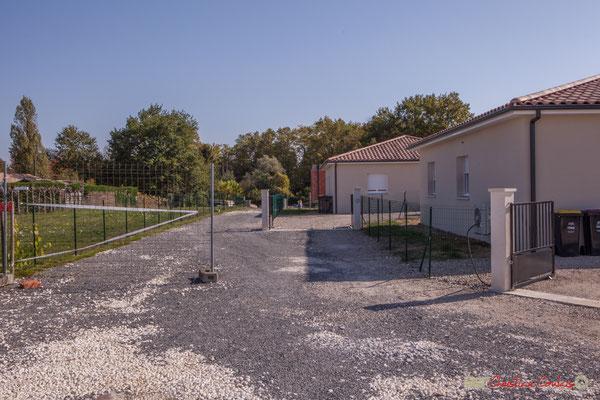 5 Constructions contemporaines, côté est. Allée du Cloutet, Cénac, Gironde. 16/10/2017