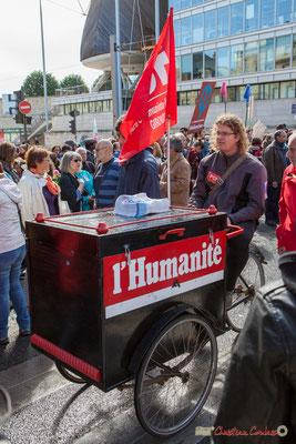 """""""Triporteur du journal l'Humanité"""". Manifestation du 1er mai 2017, avec la France Insoumise, cours d'Albret, Bordeaux"""