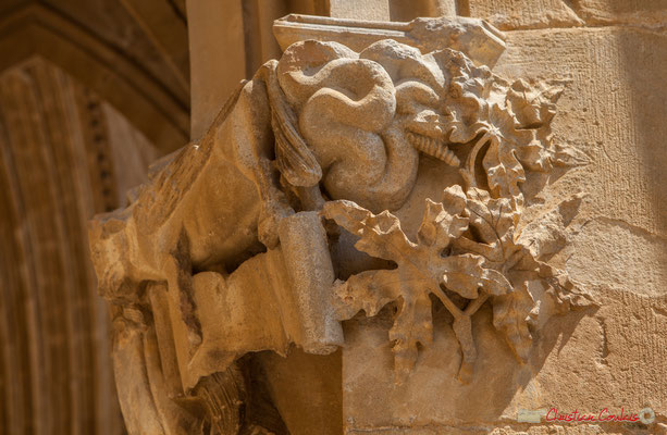 Détail d'un chapiteau, Sanctuaire-Forteresse de Santa María de Ujué, Navarre / Detalle de una castidad tallada, Santuario-Fortaleza de Santa María de Ujué, Navarra