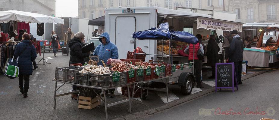 Etal de producteur d'aulx et d'oignons, marché de Créon, Gironde
