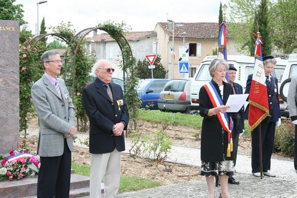 Gérard Pointet, Président des Anciens Combattants; Simone Ferrer, Maire. Hommages et commémoration de l'Armistice du 8 mai 1945 à Cénac, ce vendredi 8 mai 2009.