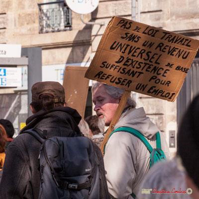 """15h13 """"Pas de loi travail sans un revenu universel de bas, d'existence suffisant pour refuser un emploi"""" Manifestation intersyndicale de la Fonction publique/cheminots/retraités/étudiants, place Gambetta, Bordeaux. 22/03/2018"""