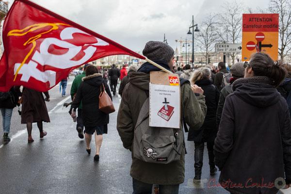 """15h10, CGT, """"Défendons le code du travail"""". Visuel code du travail poignardé. Rue Esprit des Lois, Bordeaux"""