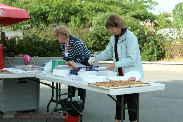 Préparation de la restauration sur place à l'heure du goûter. Festival JAZZ360 2011, Cénac. 01/06/2011