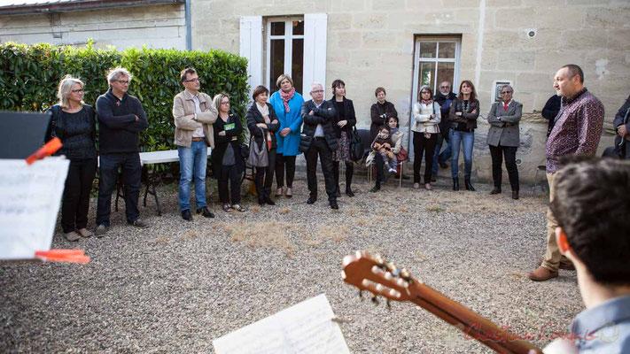 Intermède musical dans la cours de la bibliothèque de Quinsac, par Francis Henry, professeur de musique