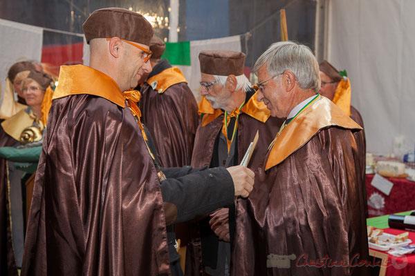 Jean Samenayre remet le diplôme de la Confrérie de la Cagouille Créonnaise à Maurice Roumage