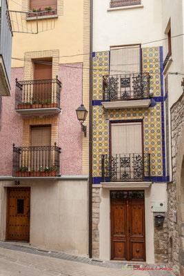 Façades de maisons aux carreaux décoratifs / Fachadas de casas con azulejos decorativos. Lumbier, Navarra