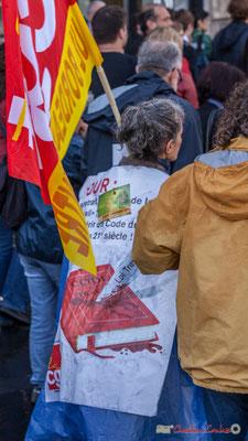 """Chasuble tendance """"Code du travail poignardé dans le dos, bien sur !"""" Manifestation contre la réforme du code du travail. Place Gambetta, Bordeaux, 12/09/2017"""