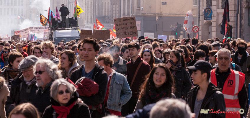 """14h43 """"Même Darwin n'aurait pas imaginé tant de sélection"""" Manifestation intersyndicale de la Fonction publique/cheminots/retraités/étudiants, place Gambetta, Bordeaux. 22/03/2018"""