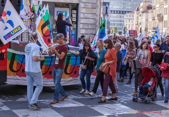 """Fourgon F.S.U. """"Quel succès auprès des dames ce trompettiste !"""" Manifestation intersyndicale de la Fonction publique, place Gambetta, Bordeaux. 10/10/2017"""