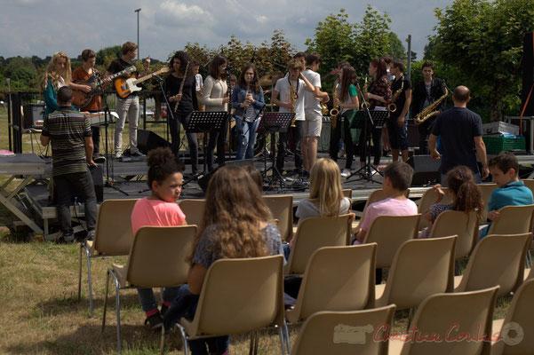 Le Big Band du Collège de Monségur balance, écouté par les classes primaires de l'école du Tourne