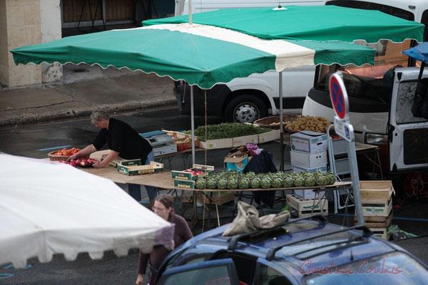 Stand de fruits et légumes de saison, Marché de Créon, Gironde