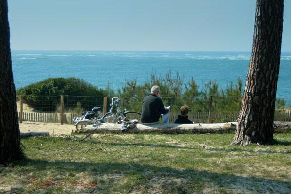 Couple se reposant d'une ballade vélo. Petit-Nice de Pyla-sur-Mer, route de Biscarrosse, forêt domaniale de La Teste-de-Buch
