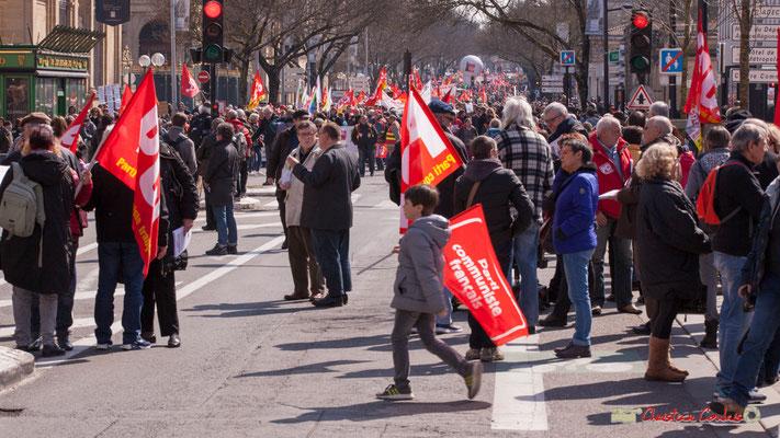 Jeune militant du Parti Communiste Français. Manifestation intersyndicale de la Fonction publique/cheminots/retraités/étudiants, cours d'Albert, Bordeaux. 22/03/2018