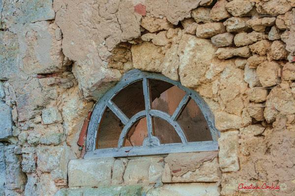 Mur de moellons et imposte au dessus d'une porte. Château de Montignac, Cénac. 20/12/2009