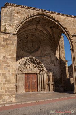Iglesia de San Salvador. Un porche très original, ouvert sur un côté, au ras de la Calle Enrique de Labrit, Sangüesa, Navarra